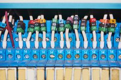 Elektrische Drähte angeschlossen an die nummerierten Relais lizenzfreie stockbilder