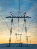 Elektrische Drähte, die auf dem Sonnenuntergang glätten Stockfotos