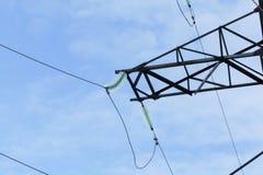 Elektrische Drähte, die an den elektrischen Pfosten hängen Stockfoto