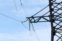 Elektrische Drähte, die an den elektrischen Pfosten hängen Stockbilder