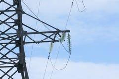 Elektrische Drähte, die an den elektrischen Pfosten hängen Stockfotos