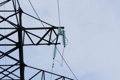 Elektrische Drähte, die an den elektrischen Pfosten hängen Stockbild