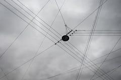 Elektrische Draden op Autumn Overcast Gray Cloud Sky-Achtergrond Abstract Malplaatje voor Ontwerp met Exemplaarruimte Royalty-vrije Stock Afbeelding