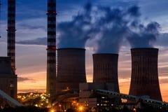 Elektrische elektrische centrale bij schemer met oranje hemel in Kozani Griekenland Royalty-vrije Stock Afbeeldingen