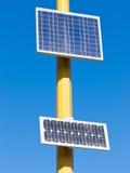 Elektrische Energie der photo-voltaischen Solarzellendrehungssonne Stockfoto