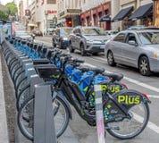 Elektrische Fahrräder GoBike richteten für Miete in San Francisco aus stockfotos