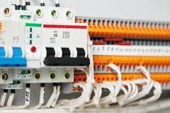 Elektrische fuseboxes und Stromleitungen Rangierloks stockfotos