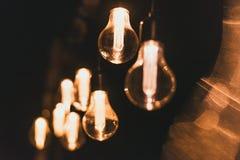 Elektrische gele gloeilampen op de straat bij nacht Bollen op slingeroutsidoor royalty-vrije stock fotografie