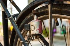 Elektrische generator (dynamo) op antieke fiets Stock Afbeeldingen
