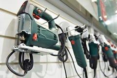 Elektrische gereedschappen voor bouw op tribune in winkel royalty-vrije stock afbeeldingen