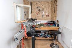 Elektrische gitaar in met de hand gemaakte binnenlandse de dienstreparatie van het muziekinstrument die in garage wordt gemaakt royalty-vrije stock afbeeldingen