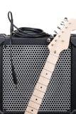 Elektrische gitaar met versterker en audiokoord met hefboom Stock Foto