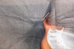 Elektrische gitaar op de grijze achtergrond Stock Afbeelding