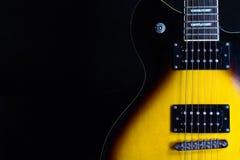 Elektrische gitaar op zwarte achtergrond Royalty-vrije Stock Afbeeldingen