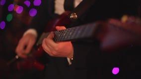 Elektrische gitaar voorraad r r E Zwarte achtergrond stock video