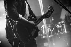 Elektrische gitaarspeler op een stadium Royalty-vrije Stock Afbeelding
