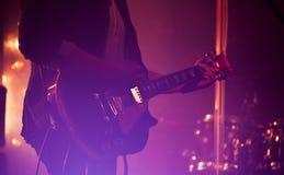 Elektrische gitaarspeler op een stadium Stock Fotografie