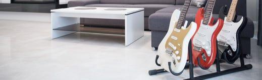 Elektrische gitaren in woonkamer Royalty-vrije Stock Foto