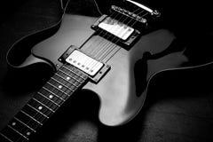 Elektrische Gitarre auf rückseitigem bw Lizenzfreie Stockfotografie