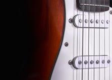 Elektrische Gitarre getrennt auf schwarzem Hintergrund Lizenzfreie Stockfotos