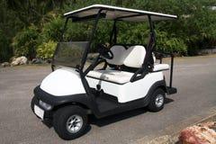 Elektrische golfkar die op weg wordt geparkeerd. royalty-vrije stock afbeelding