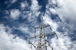 Elektrische Hochspannungskontrolltürme Stockfotos
