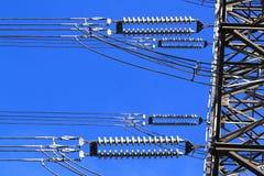 Elektrische Hochspannungssäule. Nahaufnahme von Isolatoren. Himmelhintergrund Lizenzfreies Stockbild