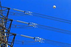 Elektrische Hochspannungssäule. Nahaufnahme von Isolatoren. Himmelhintergrund Stockbild