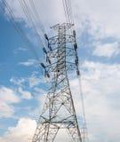 Elektrische Hochspannungstürme in der Linie Stockfoto