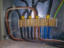 Elektrische Hochspannungsverdrahtung durch die Verdrahtung symmetrisch Lizenzfreies Stockfoto