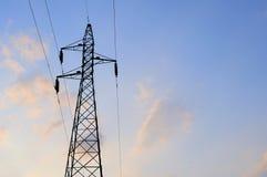 Elektrische hoogspanningspost met hemelachtergrond Royalty-vrije Stock Fotografie