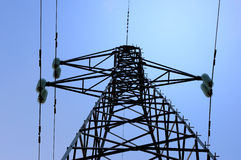 Elektrische hoogspanningspost met hemelachtergrond Stock Foto