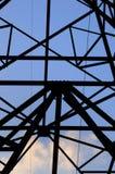 Elektrische hoogspanningspost met hemelachtergrond Stock Foto's