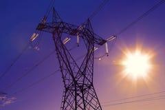 Elektrische hoogspanningspost met zonsondergangachtergrond Royalty-vrije Stock Foto's