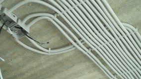 Elektrische installatie van plastic elektrificatiebuizen op bouwterrein stock footage