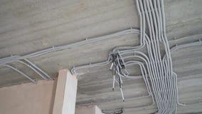Elektrische installatie van plastic elektrificatiebuizen op bouwterrein stock videobeelden