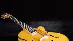 Elektrische Jazz Guitar Rotating, detail van bestelwagen, koorden, lijstwerken en efes stock videobeelden