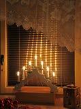 Elektrische kaarsen op venster met Kerstmisdecoratie royalty-vrije stock afbeeldingen