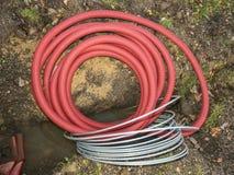 Elektrische kabel in de flexibele veiligheidspijp in kuil royalty-vrije stock afbeeldingen