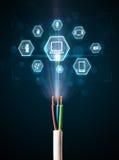 Elektrische kabel met de pictogrammen van verschillende media Stock Afbeeldingen