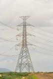 Elektrische kabel op transmissie Stock Foto's