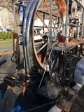 elektrische kabels onderaan het mangat Royalty-vrije Stock Afbeelding