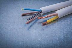 Elektrische kabelsdraden op gekrast metaalconcept als achtergrond stock afbeeldingen