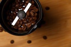 Elektrische Kaffeem?hle mit R?stkaffeebohnen stockbilder