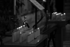 Elektrische Kerzen mit Glühlampen in der Basilika Lizenzfreies Stockbild