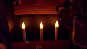 Elektrische Kerzen in Weihnachtsanzeige Stockbild
