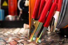 Elektrische klemmen met rood diëlektrisch handvattenclose-up stock afbeeldingen