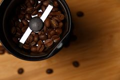 Elektrische koffiemolen met geroosterde koffiebonen stock afbeeldingen