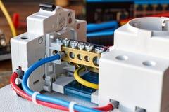 Elektrische Komponenten auf der Montageplatte mit den verbundenen Drähten Lizenzfreie Stockfotografie