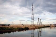 Elektrische Kontrolltürme auf Flussquerneigung Lizenzfreies Stockfoto